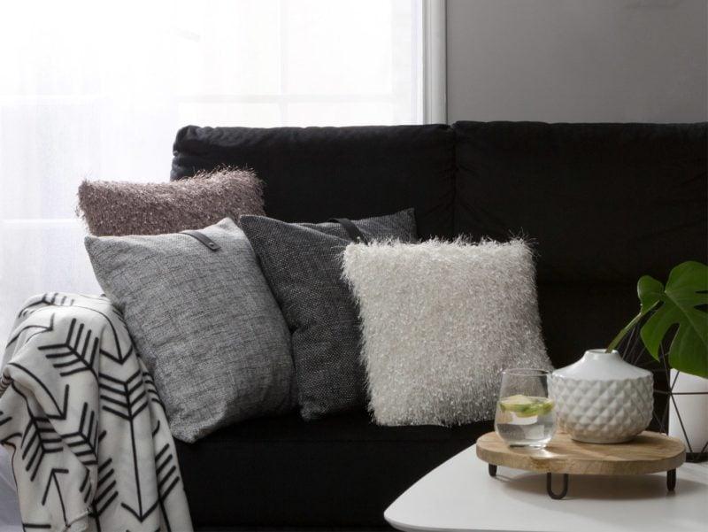 Poduszka dekoracyjna Llanos to przytulny dodatek do nowoczesnego salonu black & white