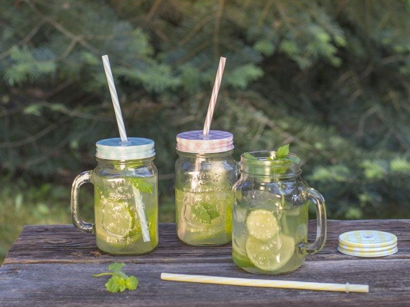Szklany słoik ze słomką będzie idealnym (i stylowym!) naczyniem na chłodne napoje