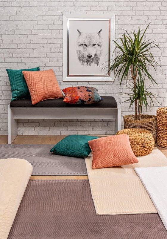 Les oreillers décoratifs sont un moyen simple d'ajouter de la couleur dans le salon.