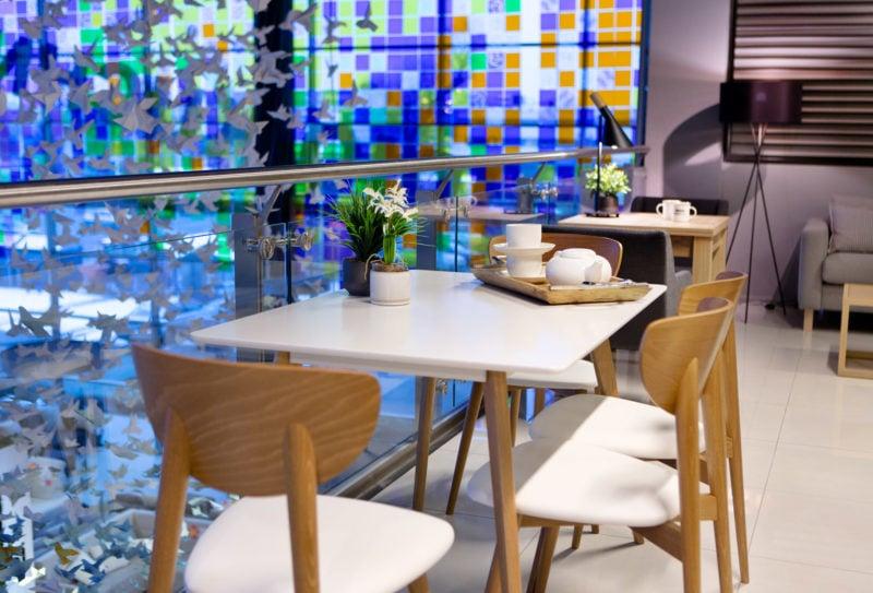 Stolik i krzesła w restauracji