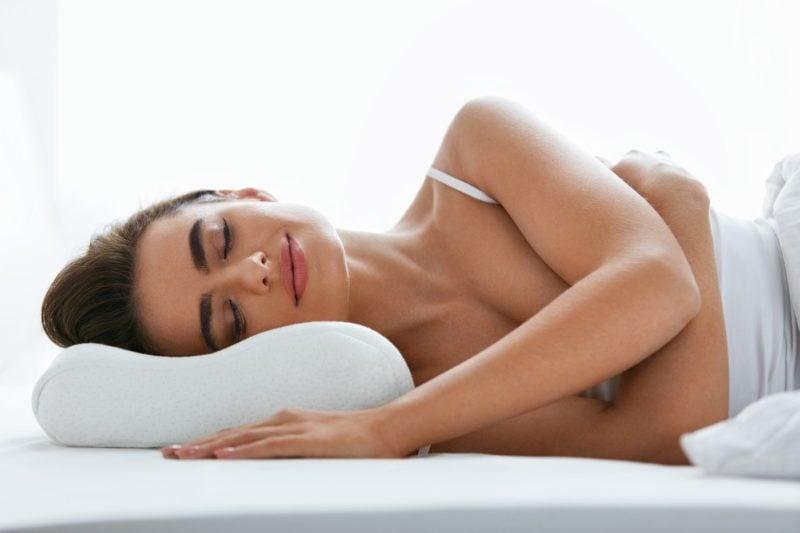 Kobieta leżąca na poduszce ortopedycznej