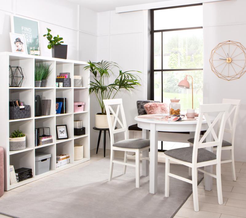 krzesła i stół w jadalni