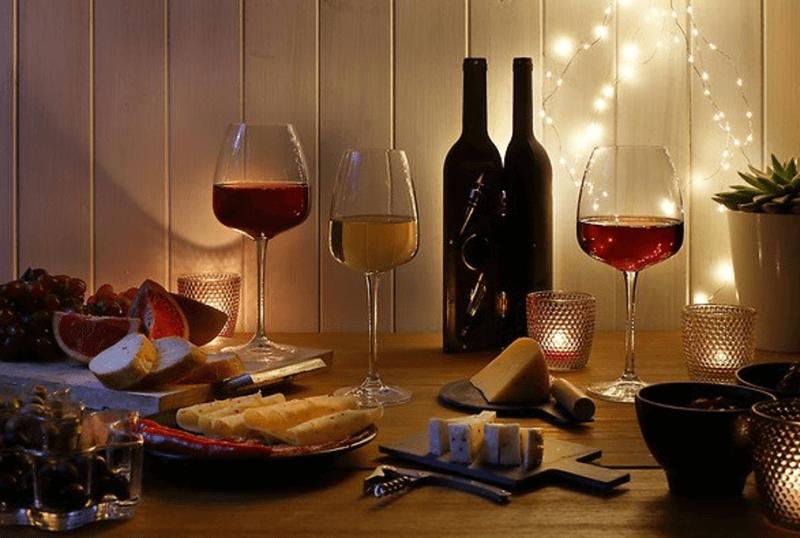 drewniane tace, kieliszki z winem