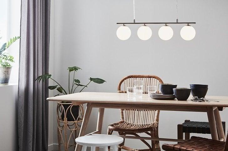 Lampa wisząca Quattro o kulistym kształcie doskonale rozświetli naturalne wnętrze