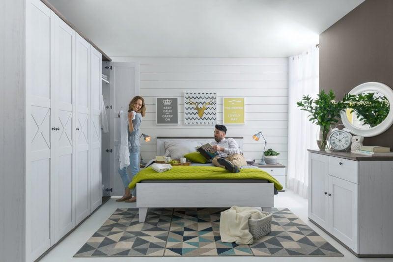 Jasna, pozioma boazeria i białe meble z kolekcji Stockholm to idealny duet do każdej sypialni