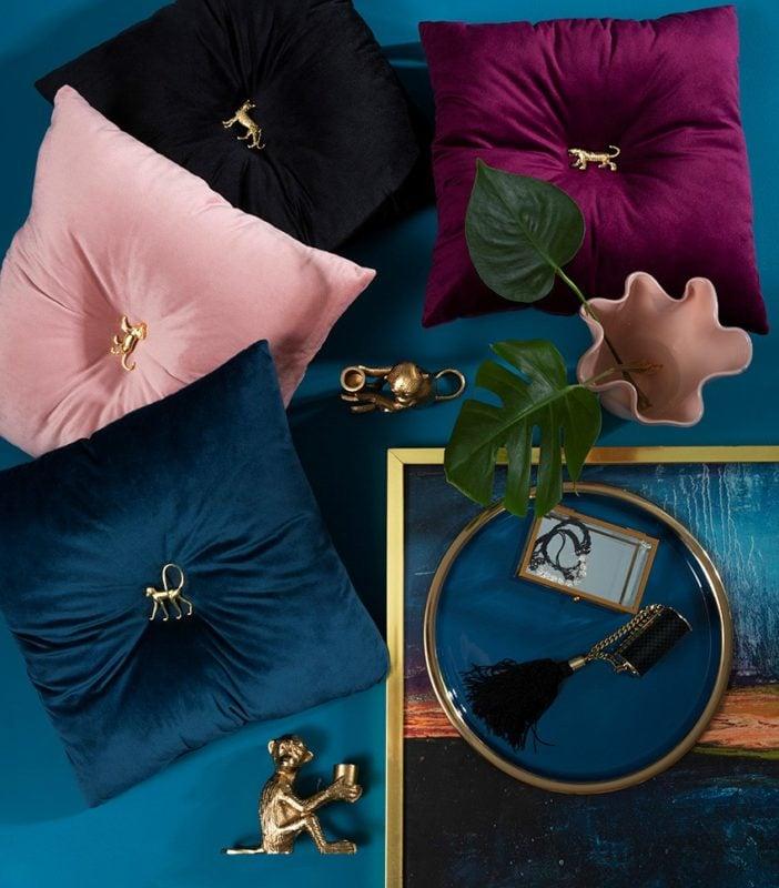 Poduszki dekoracyjne Chic: grafitowa, bordowa, łososiowa i szafirowa