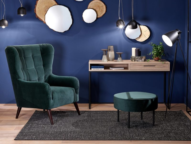 Wybierz dobrze! Fotele i sofy na wysokich nóżkach, a może - na niskich?