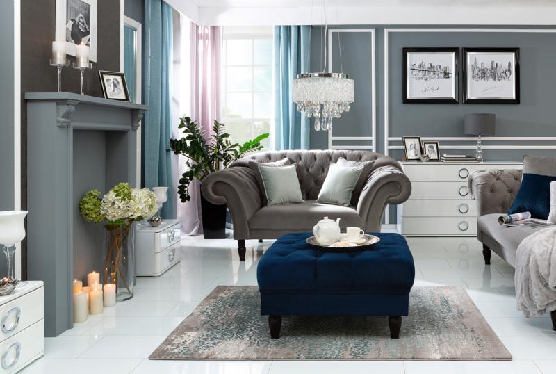 Taille de pique, c'est-à-dire meubles matelassés et accessoires à l'intérieur