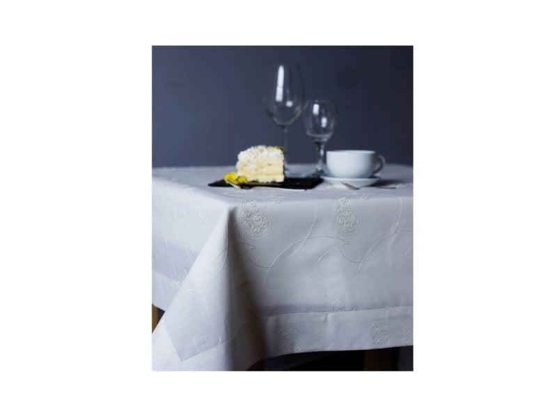 Biały obrus z haftem to gwarancja stylowej i zawsze trafionej aranżacji