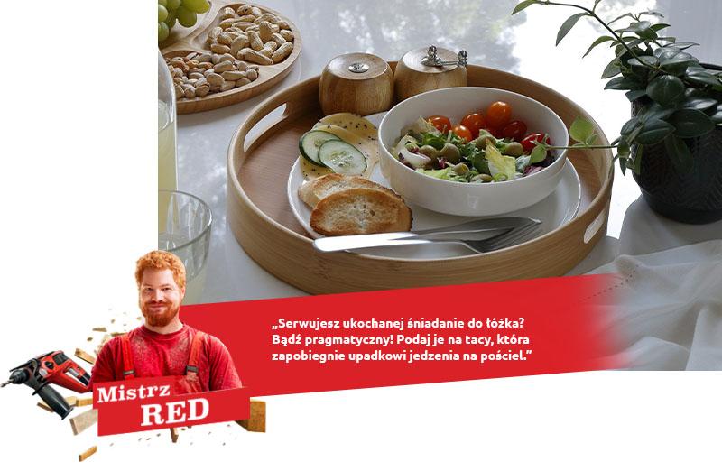 Petit-déjeuner rouge au lit
