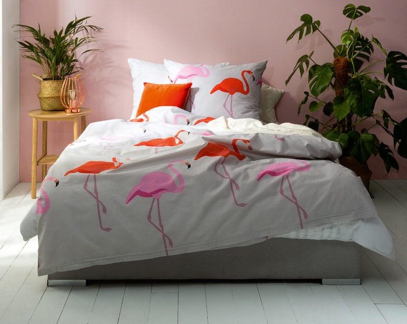 Poduszki dekoracyjne Velvet efektownie przełamują subtelny ton bladoróżowych ścian