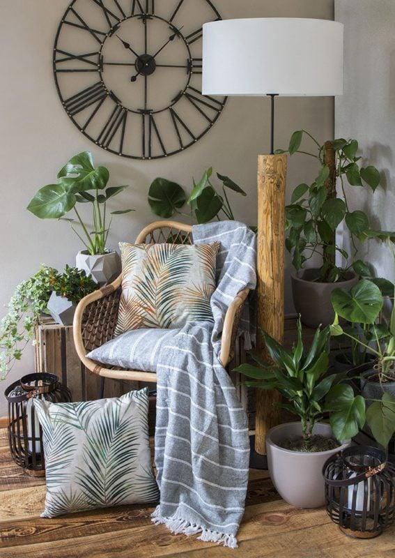Relaksacyjny kącik w stylu boho – poduszki, bawełniany koc i duuużo zieleni