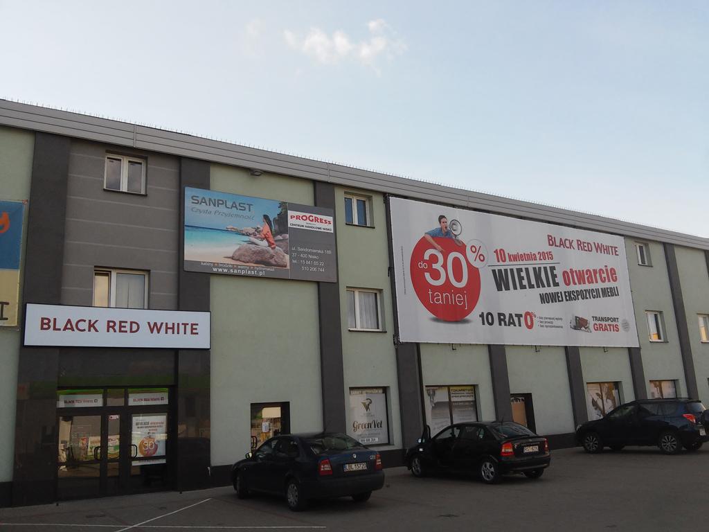 Salon firmowy Black Red White w Nisku